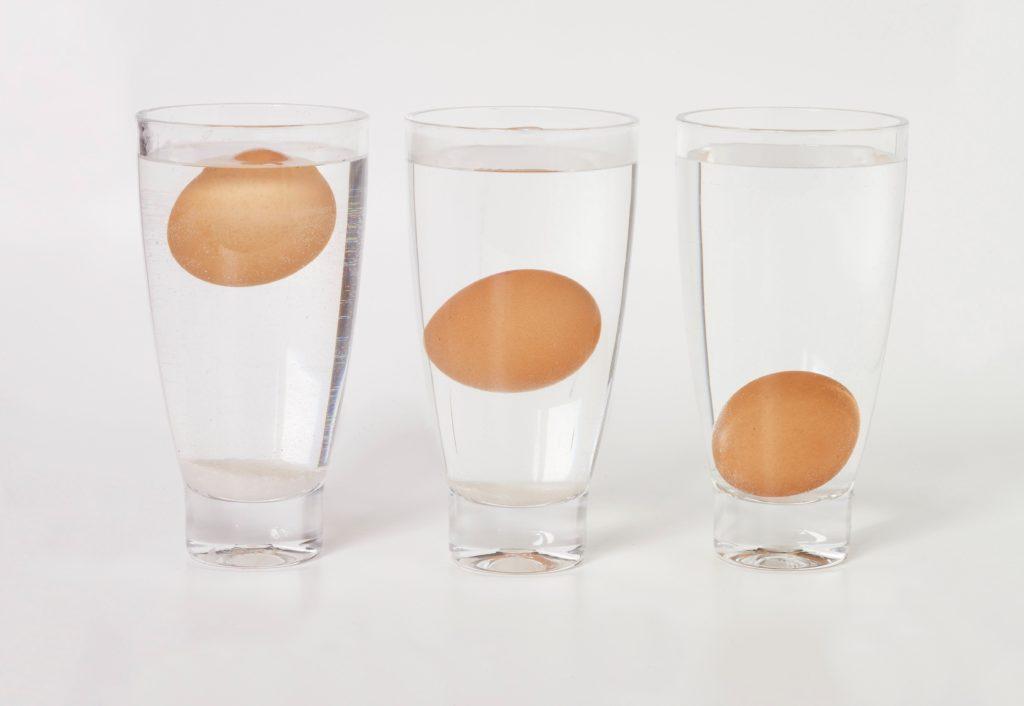 Тест на свежесть яиц с водой